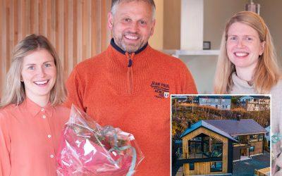 Søstrene Kari (31) og Ingeborg (33) bygde denne unike tomannsboligen på Nesttun. – Det ser jo ut som en enebolig, sier naboene.